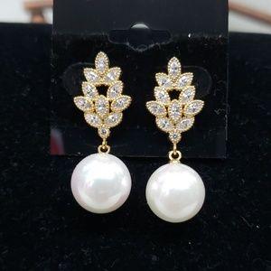 Jewelry - Goldtone pearl dangle earrings, new